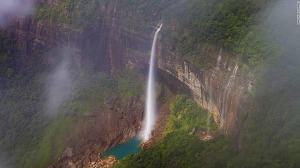 """9. Meghalaya, Ấn Độ: Meghalaya là một bang ở phía đông bắc Ấn Độ. Trong tiếng Sanskrit, Meghalaya có nghĩa là """"phía trên những đám mây"""". Đây là điểm đến lý tưởng cho những người ưa khám phá và mạo hiểm, với thác Nohkalikai cao 340 m - thác nước cao nhất Ấn Độ."""