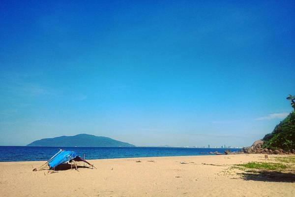 Bạn sẽ thấy thích thú vì một vùng biển hoang sơ, không khí trong lành, bãi cát trắng chạy dài cùng nước biển trong xanh. Làng Vân có 3 bãi chính. Bãi Dừa gần với thành phố nhất, bạn có thể cắm trại, tắm biển, và hái dừa uống miễn phí.