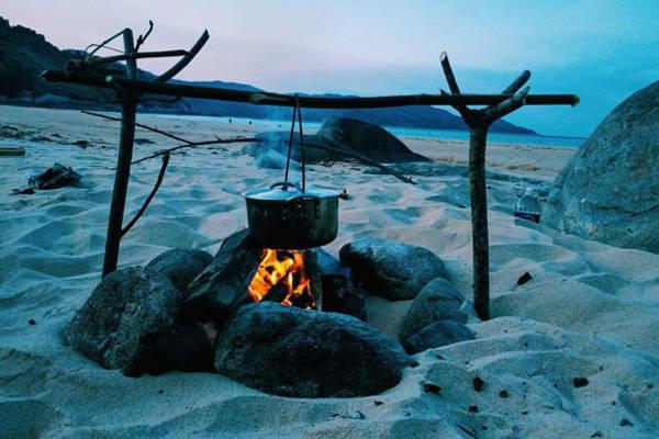 Ở làng Vân, bạn có thể cắm trại bất cứ nơi đâu mà bạn muốn và nhớ mang theo dụng cụ để nấu nướng. Buổi đêm có thể mang đèn pin đi bắt còng hoặc ngồi ngắm thành phố Đà Nẵng với đèn đóm lấp lóe từ xa. Ảnh: nao.nem.