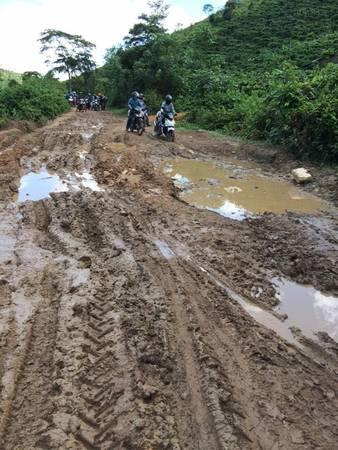 Đường vào Tà Năng sình lầy. Tà Năng - Phan Dũng là cung đường đi qua 3 tỉnh Lâm Đồng, Ninh Thuận, Bình Thuận.