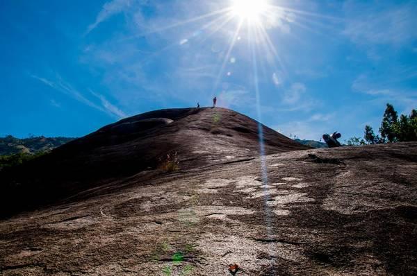Theo giai thoại của người xưa để lại, đá Voi Mẹ sau nhiều lần dịch chuyển đã tiến về sát chân núi.