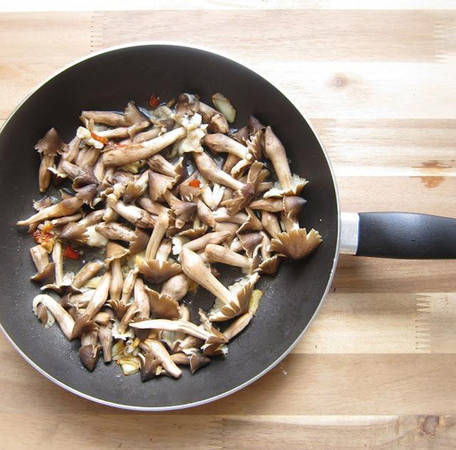 Vào đầu mùa, khách du lịch đến các tỉnh miền Tây sẽ dễ dàng tìm thấy trong thực đơn các món mới chế biến từ nấm mối. Nấm mối xào muối ớt là món phổ biến nhất vì cách chế biến này giữ nguyên vị ngọt của nấm.