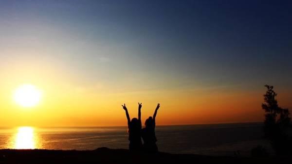 4h30, chú gọi bọn mình dậy, trèo lên đồi khoảng 15 phút, khung cảnh bình minh tuyệt đẹp sẽ hiện ra.