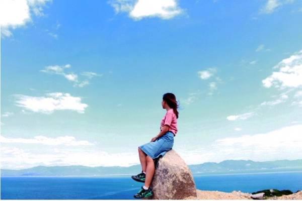 """Có thể cắm trại trên đồi này qua đêm, để sáng bắt gặp ngay khoảnh khắc bắt đầu ngày mới. Trên đồi vừa được ngắm biển trong xanh vừa được ngắm cảnh này thì còn gì bằng nữa chứ. Nơi này còn được người dân ở đảo gọi với cái tên mỹ miều là """"Thung lũng tình yêu"""" mặc dù mình chả thấy giống cảnh ở Đà Lạt."""