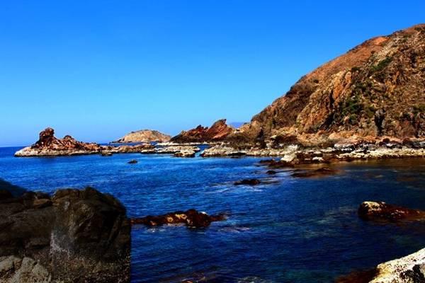 Từ thành phố Quy Nhơn đến Kỳ Co khoảng 20 km, đường dễ đi và có biển chỉ dẫn. Eo Gió có nhiều mỏm đá, các bạn có thể ngồi, nằm các kiểu để nghỉ ngơi. Gió mát, nước siêu sạch, không khí trong lành. Đến đây các bạn nên mang theo đồ bơi. Nước rất trong và mát, ngồi trên đá có thể nhìn ngắm cá, hay san hô ở gần.