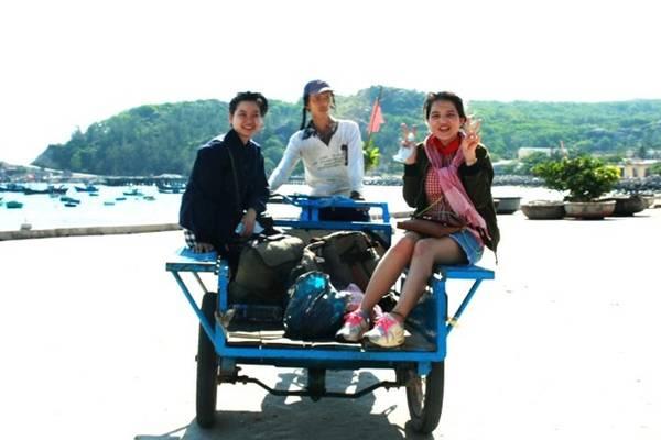 Khoảng 10h, chúng tôi dọn hành lý, trả phòng và chuẩn bị đi Cù Lao Xanh. Để đi Cù Lao Xanh, các bạn đến cảng Quy Nhơn, tìm tàu Nhơn Châu. Một ngày có hai chuyến là 7h30 và 12h30. Vé tàu là 20.000 đồng một người. Ai say sóng nên uống thuốc, vì tàu đi khoảng 2 tiếng mới ra đến đảo.