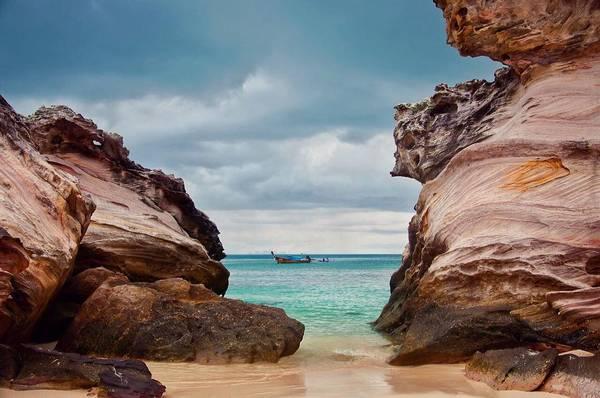 Những vách đá có hình dáng kỳ lạ trên đảo Koh Khai Nai. Ảnh:@mitra_mphotography