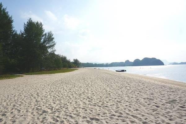 Có hai nơi đông vui trên đảo là Pantai Cenang và Kuah. Thuê khách sạn ở một trong hai khu này là thích hợp nhất.