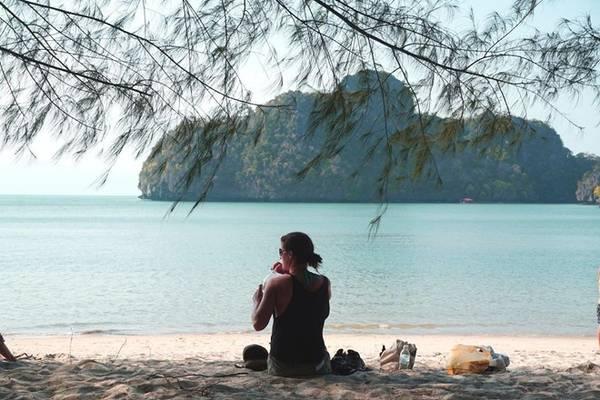 Ở nơi biển xanh cát trắng này, sự cô độc như vị khách phương xa kia cũng quá đỗi ngọt ngào phải không?
