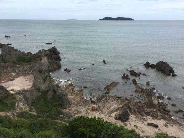Đảo Song Ngư nằm giữa biển khơi nhìn từ Cửa Lò - Ảnh: BĂNG GIANG