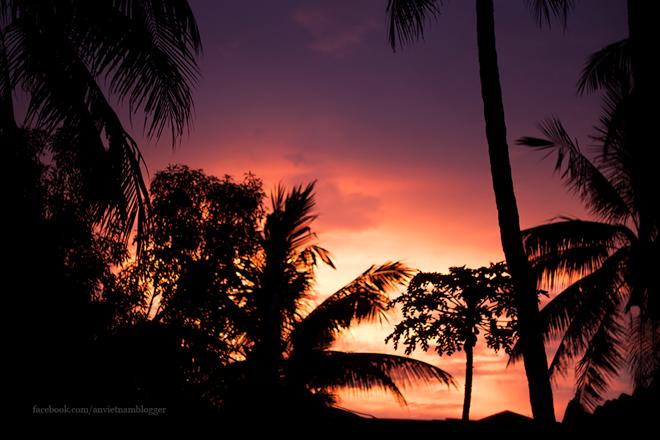 Ấn tượng chiều hoàng hôn đỏ rực cuối chân trời.