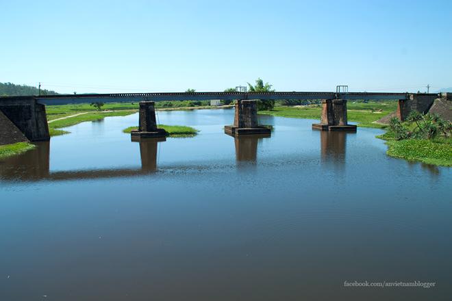 Mặt nước tĩnh lặng tạo nên khung cảnh thanh bình vào một buổi trưa hè.