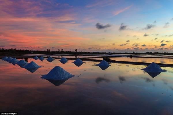 Việt Nam có rất nhiều điểm tham quan hấp dẫn, trong đó có các đồng muối. Vào ban ngày, người dân bận rộn thu hoạch muối, với sản lượng lên tới 700.000 tấn mỗi năm. Khi mặt trời lặn, họ ra về, nơi đây trở nên yên tĩnh tới lạ thường, với bầu trời phản chiếu trên những thửa ruộng.