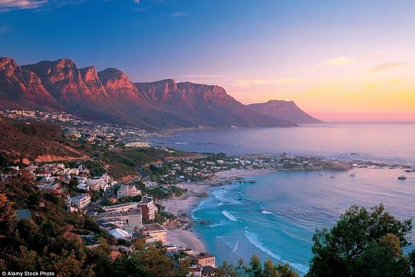 Cape Town (Nam Phi) nổi tiếng là một trong những nơi có hoàng hôn đẹp nhất thế giới. Từ trên cao, du khách có thể ngắm nhìn mặt biển hiền hòa dưới chân núi Table. Tất cả chìm trong ánh đỏ hồng lãng mạn khi mặt trời lặn.
