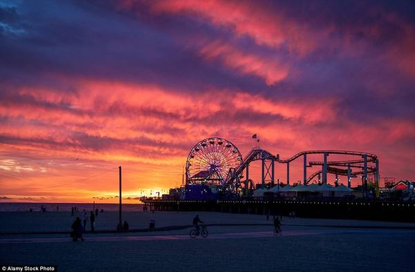 Khi hoàng hôn buông xuống trên bãi biển Santa Monica, California, Mỹ, ánh sáng đa sắc tràn ngập khắp nơi.