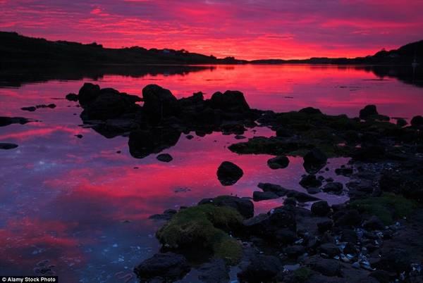 Đảo Skye của Scotland là một điểm chụp ảnh nổi tiếng, nhờ những ngọn đồi xanh trải dài bất tận và các khe nước ấn tượng.