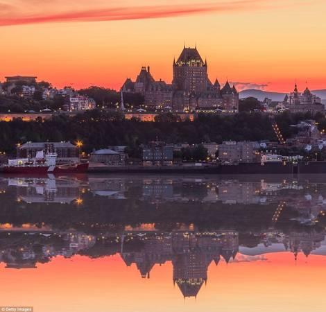 Thành phố Québec ở Montreal, Canada, có những công trình kiến trúc hàng trăm năm tuổi, tạo khung cảnh như truyện cổ tích khi hoàng hôn buông xuống và đèn bắt đầu sáng lên.