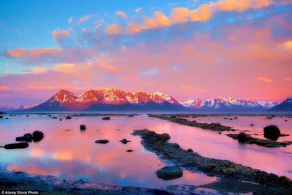 """Ở Na Uy, từ cuối tháng 5 tới giữa tháng 7, mặt trời không lặn hẳn do nằm ở vị trí phía bắc Vòng Bắc Cực. Kết quả là một hiện tượng độc đáo có tên """"mặt trời lúc nửa đêm""""."""
