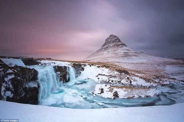 Vị trí của Iceland đem lại hiệu ứng ánh sáng tương tự. Trong ảnh là khung cảnh trên núi Kirkjufell ở bán đảo Snæfellsnes, phía tây Iceland.