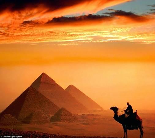 Kim tự tháp vĩ đại Giza ở Cairo, Ai Cập, là công trình lâu đời nhất trong số 7 kỳ quan của thế giới cổ đại. Hoàng hôn tạo thành phông nền huyền ảo cho kỳ quan ấn tượng này.