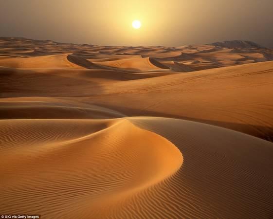 Nếu tới Dubai, đừng quên đăng ký tour tham quan sa mạc lúc hoàng hôn. Bạn sẽ được ngắm nhìn những đụn cát khổng lồ vàng rực trong ánh chiều tà.