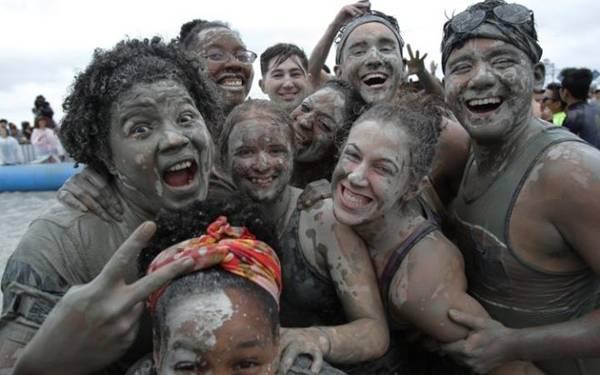 Lễ hội còn có vẽ người bằng bùn và triển lãm các sản phẩm địa phương.