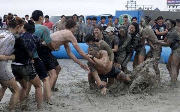 Người dân địa phương và du khách cùng tham gia các hoạt động thú vị, từ trượt máng bùn, tắm bùn tới massage.
