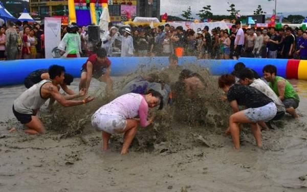Lượng bùn được dùng cho sự kiện là bùn khoáng lấy ở quanh bãi biển Daecheon.