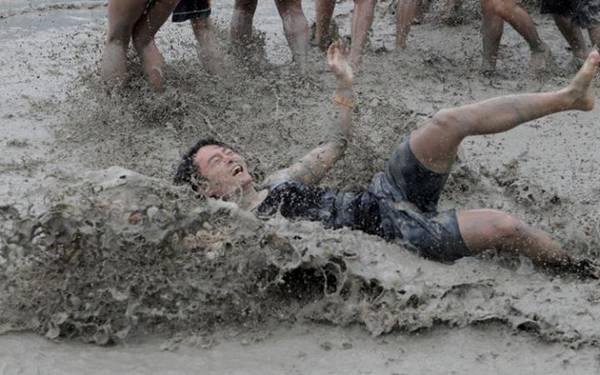 Các trò chơi sôi động được tổ chức trên bãi biển. Buổi tối thường có pháo hoa.