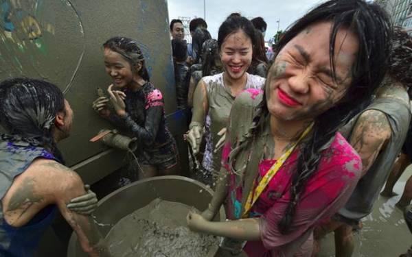 Lễ hội bùn được cho là thu hút lượng khách quốc tế cao nhất trong số các lễ hội của Hàn Quốc.