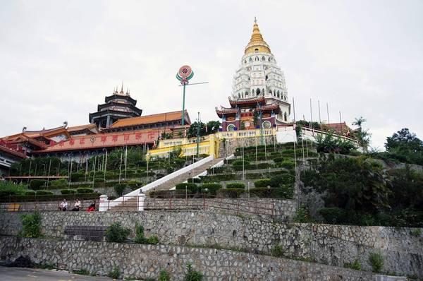 Chùa Kek Lok Si, cách George Town 35 phút đi xe máy, là ngôi chùa lớn nhất ở Penang, đồng thời là công trình Phật giáo lớn bậc nhất Đông Nam Á, đóng vai trò quan trọng trong đời sống tín ngưỡng của cộng đồng người Hoa ở Malaysia. Trong khuôn viên chùa có 10.000 pho tượng được chạm khắc tinh xảo, tượng Quan Âm cao hơn 30m cùng tòa tháp 7 tầng, vườn hoa rực rỡ quanh năm.