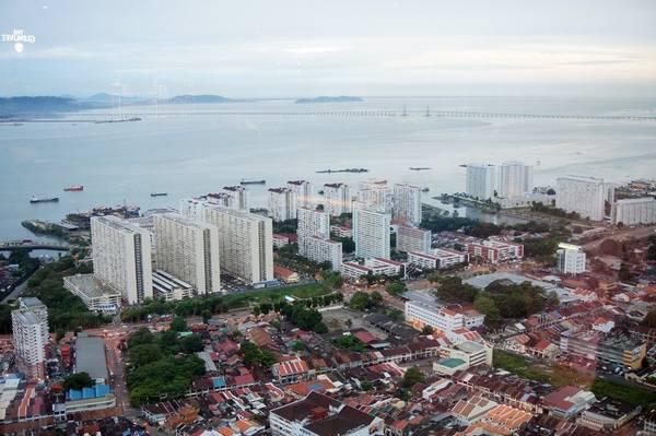 Từ tầng 60 của tòa nhà Komtar, bạn phóng tầm mắt nhìn ngắm toàn cảnh đảo Penang với cây cầu Penang thứ nhất dài 13,5 km ở đằng xa. Penang nổi tiếng với 2 cây cầu cùng mang Penang. Cầu Penang thứ hai là cầu dây văng dài nhất Đông Nam Á, 24 km, nối đảo Penang với bán đảo Malay, tiết kiệm thời gian di chuyển giữa đảo và đất liền.