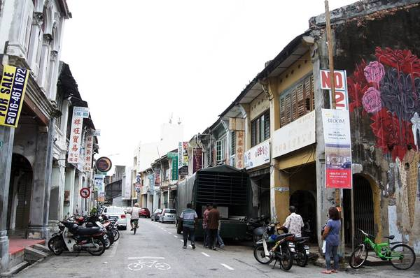 Bạn sẽ hào hứng khi ngang dọc qua các con phố nhỏ để tìm các bức tranh tường nổi tiếng nhất Đông Nam Á, và ngắm các dãy nhà cổ hơn 100 năm. Có 2 loại tranh đường phố là tranh vẽ theo hiệu ứng đánh lừa thị giác và tranh uốn bằng thép.