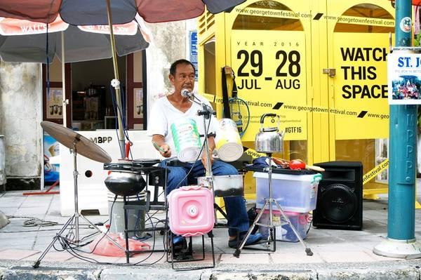 Hàng ngày, trên góc đường Armenian có một ông nghệ sĩ đường phố lớn tuổi kiếm tiền mưu sinh bằng cách chơi nhạc cụ tự chế bằng xoong nồi, ấm đun nước, lon sữa, đũa… Những du khách đi ngang phố đều dừng bước, đứng nghe ông chơi nhạc.