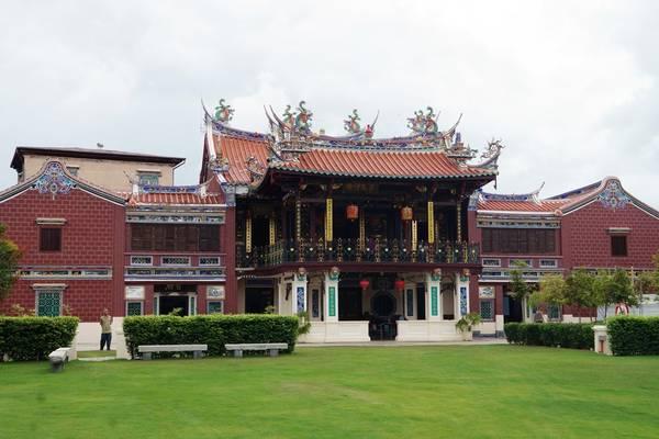 Penang từng là nơi định cư đầu tiên của người Anh tại Đông Nam Á vào năm 1786, nên ngày nay nơi đây còn lưu giữ nhiều di sản kiến trúc quý giá. Trong số đó cần kể đến hai ngôi nhà cổ tiêu biểu của thị tộc người Hoa với họa tiết trang trí tinh xảo, bao gồm ngôi nhà Khoo Kongsi và nhà Cheah Kongsi.