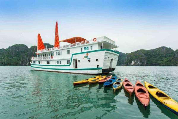 Thưởng ngoạn du thuyền L'Azalée, du khách sẽ được chèo thuyền kayak miễn phí, tham quan các hang động đá vôi cổ và khám phá hang Sửng Sốt.