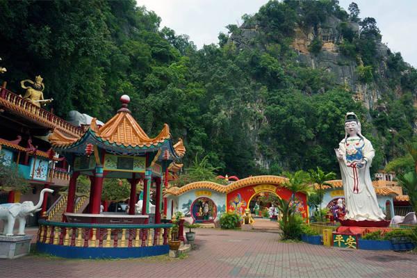 Ling Sen Tong - một ngôi chùa mang tính chất hiện đại, mang dáng dấp một nơi vui chơi của các vị thần.