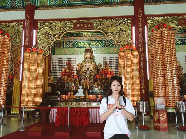 Cô nàng lễ chùa ở khu Chinatown.
