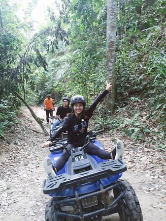 """Khả Ngân hào hứng tham gia trò chơi lái xe ATV băng rừng mạo hiểm nổi tiếng ở Kuala Lumpur. """"Nhờ sự hướng dẫn của các anh chị người Malaysia mà Ngân đã tự tin điều khiển xe khám phá rừng. Chạy đến cuối rừng thì còn được gặp một con suốt cực kỳ ấn tượng. Cứ mỗi lần tham gia những trò chơi thú vị như vậy là Ngân được xả stress hết cỡ. Vì tất cả những hoạt động này đều cần sự tập trung cao độ, nên sau đó cảm thấy đầu óc rất nhẹ nhõm"""", nữ diễn viên """"Lật mặt 2"""" chia sẻ."""