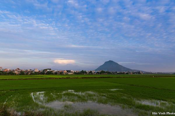 Chúng tôi dậy từ 5h để bắt đầu hành trình khám phá Phú Yên. Trong ảnh là bình minh ở núi Chóp Chài.