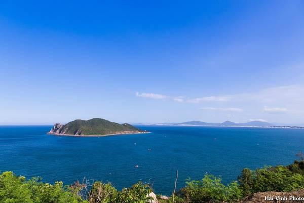 Hòn Nưa nhìn từ đèo Cả, hòn đảo gần như không có người dân sinh sống.