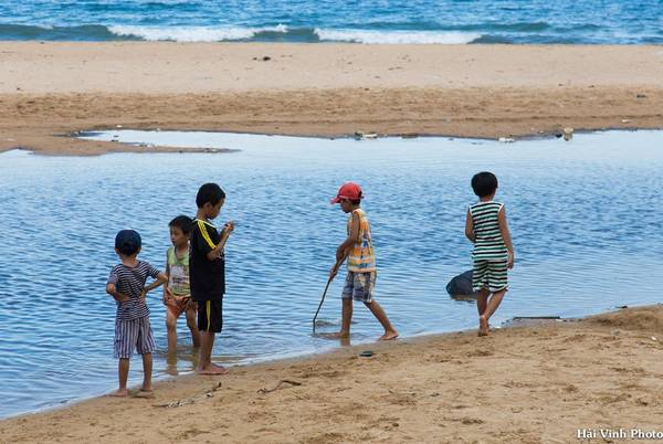 Trẻ em nô đùa ở Long Thủy.