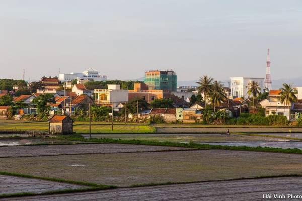 Tuy Hòa là trung tâm của tỉnh Phú Yên, có cơ sở hạ tầng khá tốt nhưng trung tâm thành phố vẫn còn dấu ấn rõ nét của làng quê truyền thống.