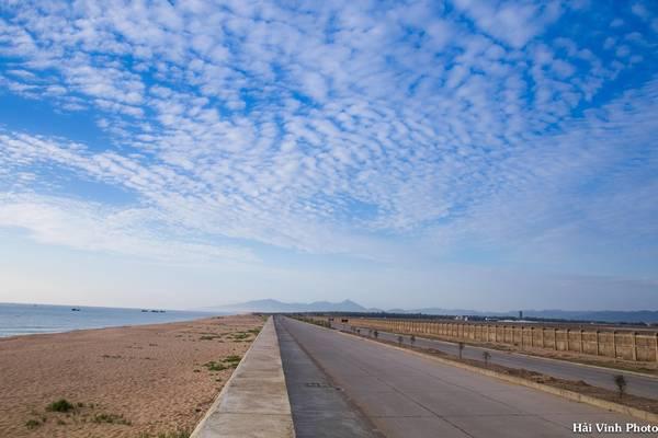 Trên đường ra hải đăng, một bên là biển xóm Rớ, một bên là sân bay Tuy Hòa.