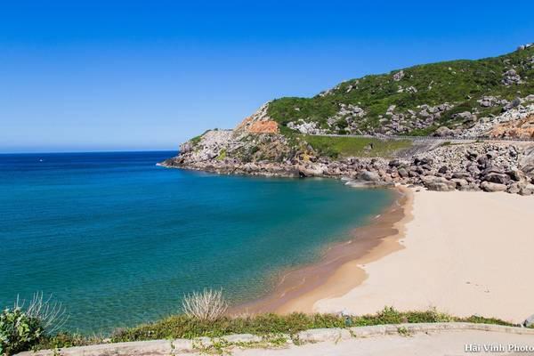Khung cảnh tuyệt đẹp của biển trời nơi đây, một bên là đèo cao, bên còn lại là bãi biển trong xanh, cát trắng phẳng lì.