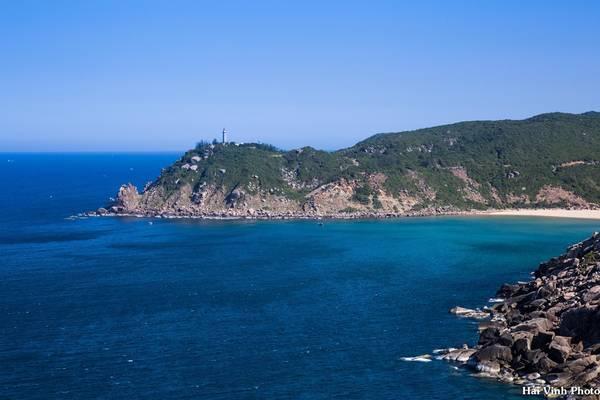 Phía xa là hải đăng Mũi Điện, dưới chân hải đăng là bãi Môn, một trong những bãi tắm đẹp nhất của Phú Yên.