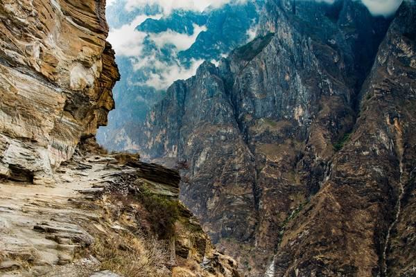 Có hai đường xuống vực sâu. Một qua thị trấn Hổ Nhảy dọc ở triền núi Haba, hai là trở lại bờ hữu sông Kim Sa và đi bộ theo lối dẫn xuống vực khoảng năm cây số. Ảnh: lifepart2