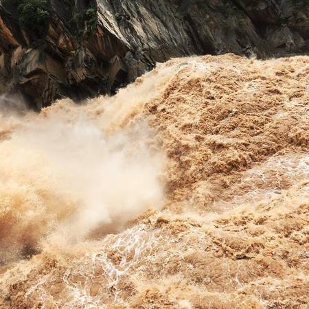 Dòng Kim Sa đỏ ngầu vì nước lũ và khe hẹp. Ảnh: zw1119