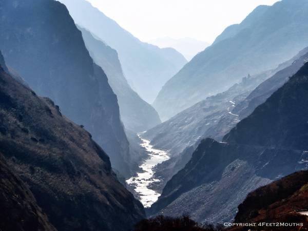 """Đoạn sông Dương Tử chảy qua khu vực Nam Tây Tạng, Vân Nam 80km được gọi là sông Kim Sa bị eo thắt của những ngọn núi cao trên 5.000m chặn lại, đã tạo ra hai kỳ quan thắng cảnh thiên nhiên là khe Hổ Nhảy và khúc uốn lượn xứng danh """"Trường Giang đệ nhất loan"""". Ảnh: 4feet2mouths"""