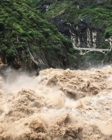 Từ tháng 6 đến tháng 9 hàng năm là thời điểm Khe Hổ Nhảy vào mùa lũ rất nguy hiểm, không thích hợp để du khách phiêu lưu khám phá vì thời tiết ẩm ướt, đường trơn trượt và nguy cơ sạt lở đất đá cao. Ảnh: evenboomboom